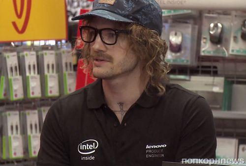 Видео: Эштон Катчер подрабатывает продажей электроники