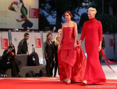 Венецианский кинофестиваль: Дакота Джонсон, Тильда Суинтон и Хлоя Морец на премьере «Суспирии»