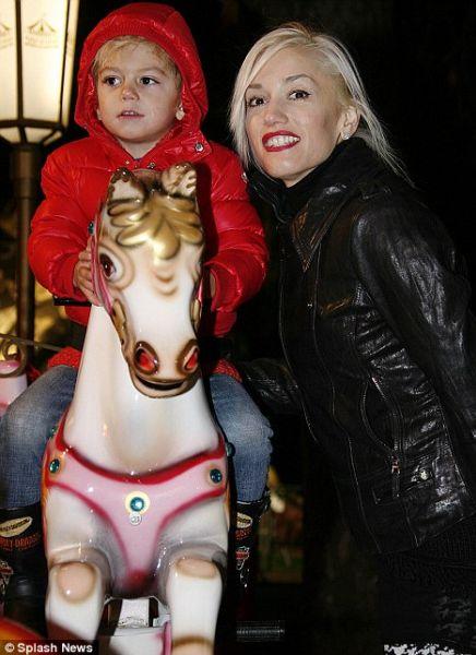 Гвен Стефани с детьми в парке аттракционов