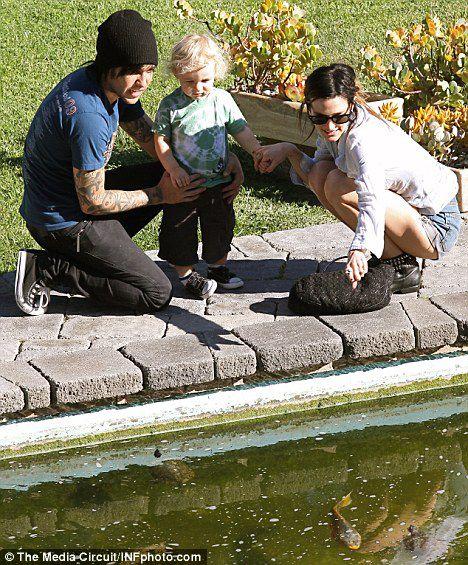 Эшли Симпсон с семьей на природе