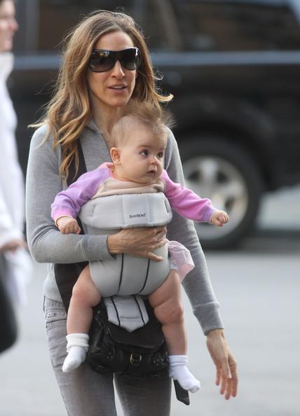 Сара Джессика Паркер гуляет с одной из близняшек