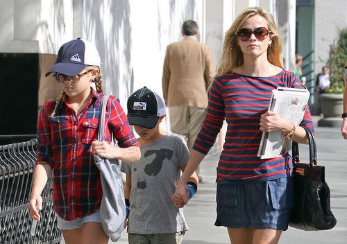Риз Уизерспун с детьми на прогулке