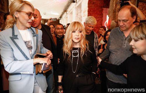 Шорты и высокие ботфорты: Алла Пугачева в дерзком образе посетила концерт «Наша Алла»