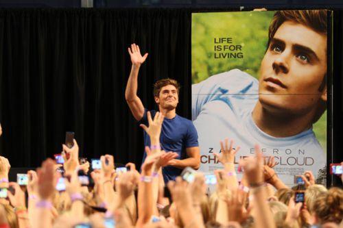 Видео: Встреча Зака Эфрона в торговом центре с фанатами