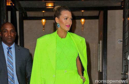 Блейк Лайвли приехала на промо «Простой просьбы» в неоново-зеленом костюме