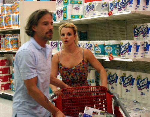 Бритни Спирс и Джейсон Травик в гипермаркете Target