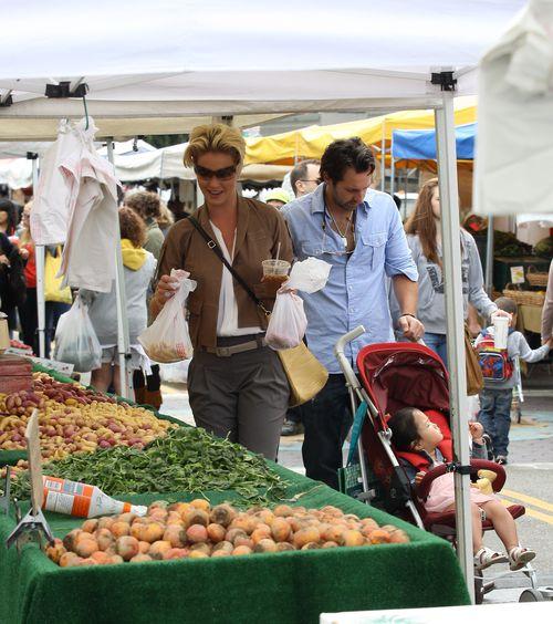 Кэтрин Хайгл с семьей на фермерском рынке в Голливуде