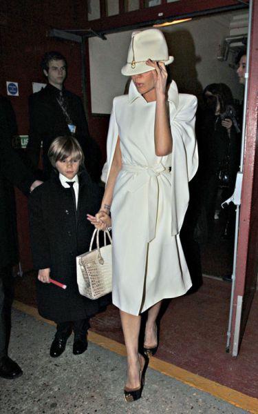 Виктория Бэкхем с сыновьями на выходе из театра