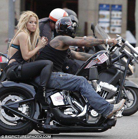 Шакира на роликах и мотоцикле в Барселоне