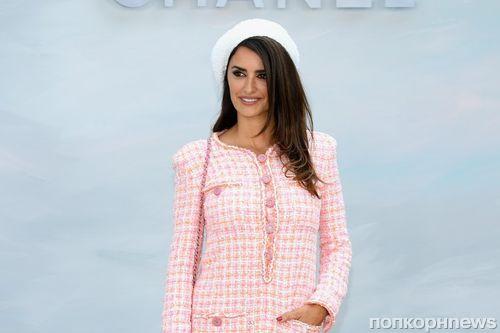 В стиле Барби: Пенелопа Крус на показе Chanel