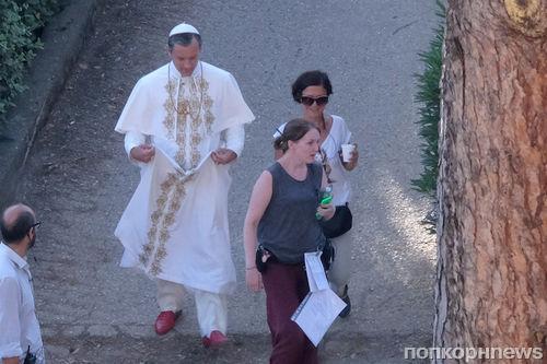 Джуд Лоу в образе Папы Римского на съемках нового сериала