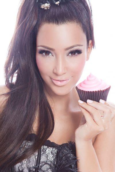 Ким Кардашиан для рекламы Famous Cupcakes
