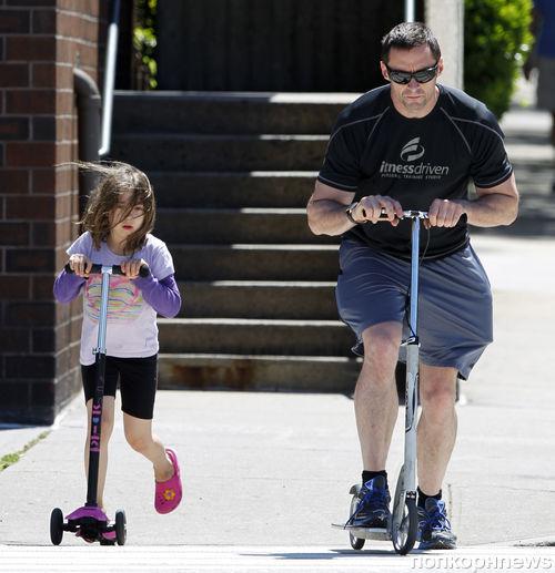 Хью Джекман отметил День отца прогулкой с детьми