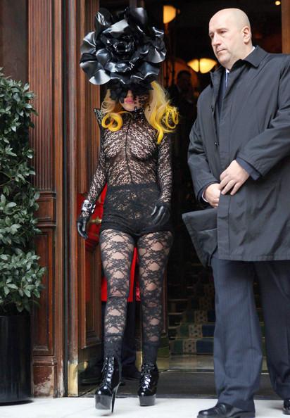 Lady GaGa выходит из своего отеля в Лондоне при полном параде