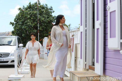 Ким Кардашьян отдыхает с семьей на Сен-Бартс