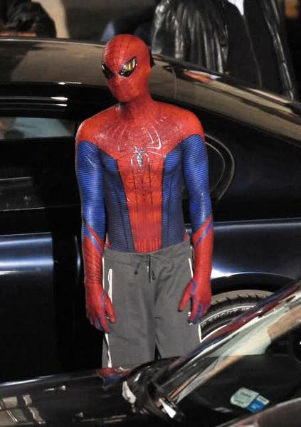 Человек-паук в спортивных штанах