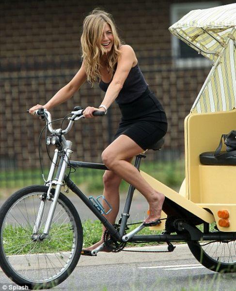 Дженнифер Энистон осваивает велорикшу