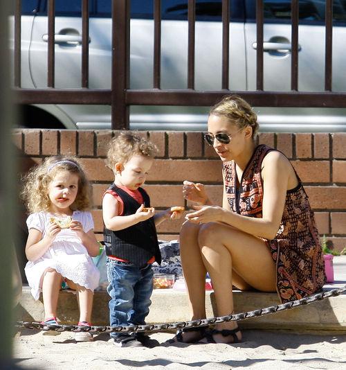 Николь Ричи с детьми в парке