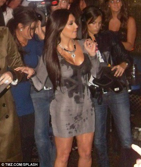Ким Кардашиан облили коктейлем