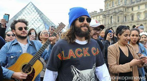 Джаред Лето и Thirty Seconds to Mars спели для туристов у Лувра в Париже