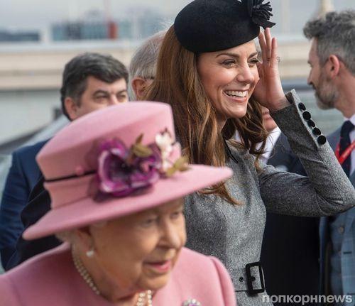 Дорогой подарок: королева Елизавета II наградила Кейт Миддлтон титулом Дамы
