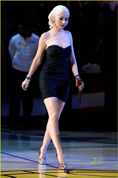 Кристина Агилера поет национальный гимн на финале NBA