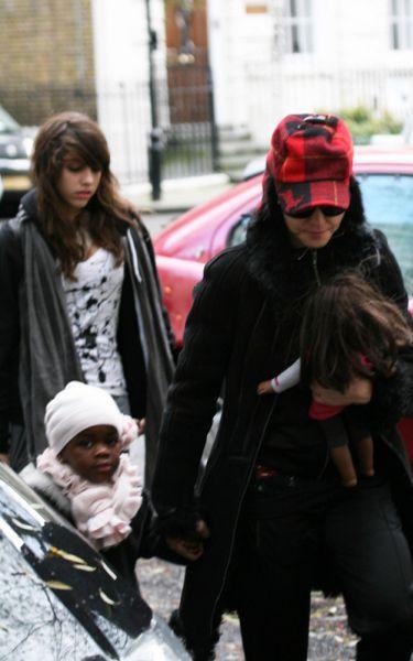 Мадонна с детьми посещает центр Каббалы. 26 декабря