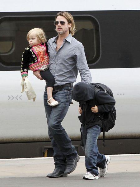 Анджелина Джоли и Брэд Питт с детьми в Шотландии