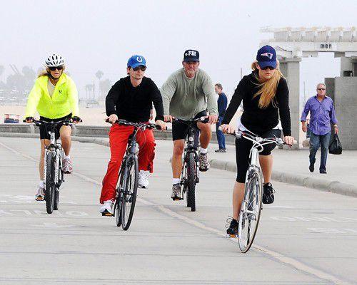 Велопрогулка Кейт Хадсон, ее бойфренда и родителей