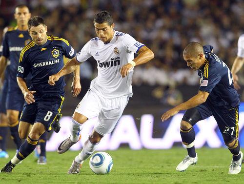 Криштиану Роналду и Дэвид Бэкхем на матче Real Madrid против Los Angeles Galaxy