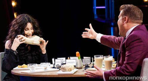 Видео: Шер съела гусеницу в эфире ток-шоу, чтобы не называть своих лучших любовников