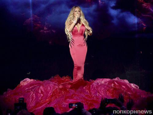 Очередной конфуз: Мэрайя Кэри не смогла передвигаться по сцене из-за слишком узкого платья