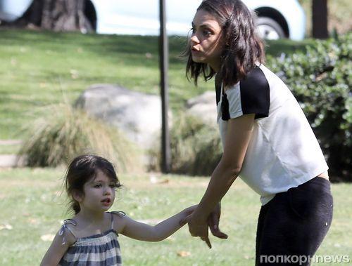 Семейный выход: Мила Кунис и Эштон Катчер развлекаются с детьми в парке (фото)