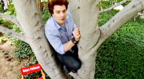 Видео: Джимми Фэллон снова парадирует Роберта Паттинсона