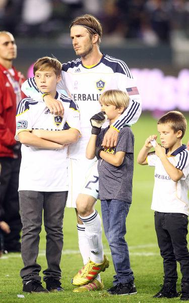 Дэвид Бэкхем с сыновьями после матча против команды «Чивас»