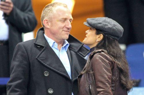 Сальма Хайек со своим мужем на матче по футболу в Париже