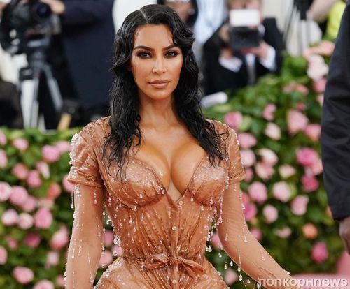Красота требует жертв: Ким Кардашьян не могла сидеть в облегающем платье на Met Gala