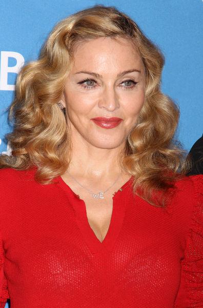 Мадонна представила в Торонто свой фильм «МЫ. Верим в любовь» и «попросила прощения» у поклонника за гортензии