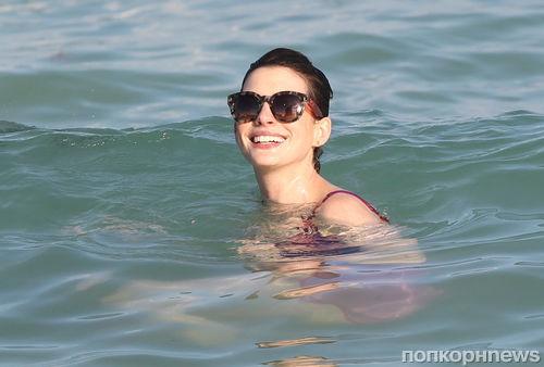 Энн Хэтэуэй на пляже в Майами