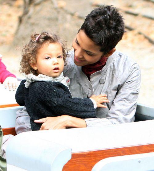 Халли Берри с дочкой Налой на детской площадке