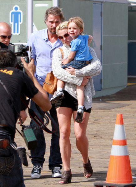 Бритни Спирс с сыновьями в парке аттракционов в Санта-Монике