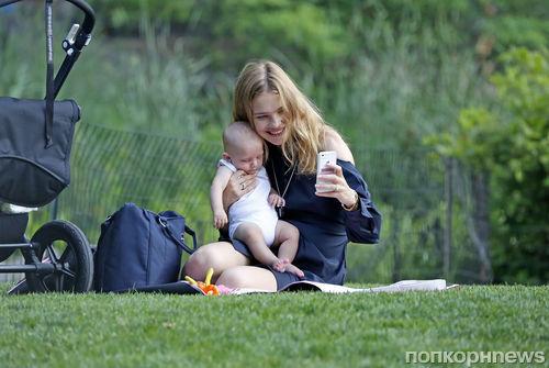Наталья Водянова на прогулке с сыном