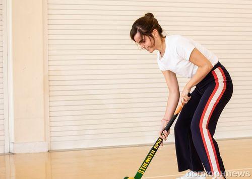 Фото: Эмма Уотсон учит детей играть в хоккей