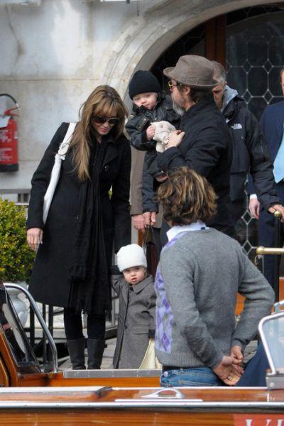 Брэд Питт и Анджелина Джоли вывели близнецов на прогулку