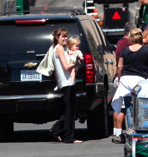 Анджелина Джоли взяла близнецов, чтобы повидаться с Брэдом