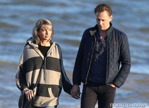 Фото: Тейлор Свифт и Том Хиддлстон на прогулке с мамой актера