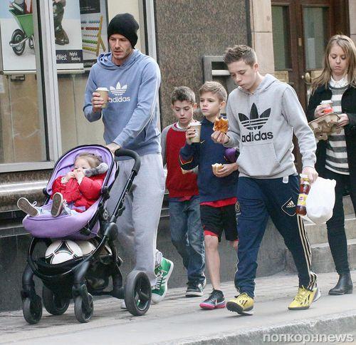 Дэвид Бекхэм на прогулке с детьми