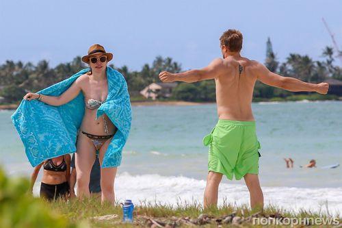Фото: подруга Чарли Ханнэма навестила актера на съемках на Гавайских островах