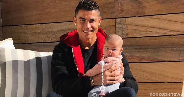 Криштиану Роналду показал лицо новорожденной дочери