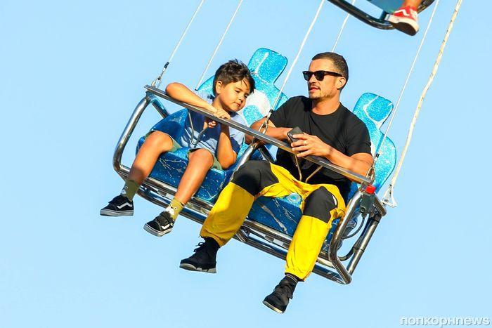 Фото: Орландо Блум с подросшим сыном в парке аттракционов